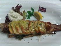 Vereinigtes Königreich England~unter Kartoffelscheiben mit Remouladensauce