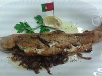 Portugal~gefüllt mit gedünsteten Rotweinzwiebeln