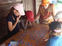 Fränzi und Kinder beim Spielen unseres Pilzmemory.