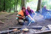 Unsere Meisterköche beim Zubereiten des Pilzgerichtes.