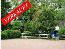 Beschauliche kleine private Reitanlage mit einem Einfamilienhaus (ca. 160 qm Wohnfläche), zwei Stallgebäuden, Reithalle, Reitplatz und ca. 2 Hektar Weideland südöstlich von Ahrensburg.  Angeboten zum Kaufpreis von EUR 390.000,--