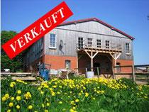 Hochwertig ausgebaute Scheune im Naturpark Aukrug mit 320 qm Wohnfläche; moderne große Pferdeboxen und ein Hektar Weiden direkt am Haus.  Angeboten zum Kaufpreis von EURO 300.000,--