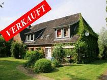 Großer Resthof mit ca. 350 qm Wohnfläche mit großem Pferdestall, Scheune und weiteren Nebengebäuden auf ca. 4 Hektar Weideland südwestlich von Neumünster.  Angeboten zum Kaufpreis von EURO 370.000,--
