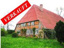 Historischer Resthof mit Gästehaus und mehreren Wirtschaftsgebäuden in völliger Alleinlage in der Holsteinischen Schweiz. Circa 145.000 qm Weideland und ca. 160 qm Wohnfläche.  Angeboten zum Kaufpreis von EURO 650.000,--