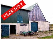 Resthof in Dorfrandlage in Bosau am Plöner See mit Ausbaumöglichkeit für einen Wohntrakt mit ca. 150 qm Wohnfläche, ca. 5 ha arrondiertem Weideland und einem drainierten Reitplatz.  Angeboten zum Kaufpreis von EURO 180.000,--