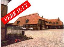 Reitanlage mit großem Wohnhaus mit über 400 qm Wohnfläche, Einliegerwohnungen, großem Stallgebäude, Reithalle und über 8 Hektar arrondiertem Weideland bei Quickborn.