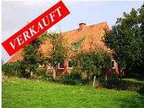 Resthof mit ca. 3 Hektar arrondiertem Weideland und diversen Nebengebäuden in der Gemeinde Pronstorf-Goldenbek.  Angeboten zum Kaufpreis von EURO 310.000,--