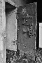 Tür eines dt. Bunkers auf einem Bauernhof (Französisch-Flandern)
