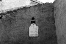Gedenkstein in der Außenwand eines Bauernhofes im Rückraum von Verdun