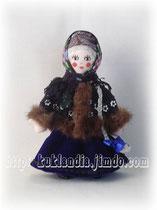 Кукла в черном зипуне и синей юбке. Русский зимний костюм 17-19 вв., 20 см.