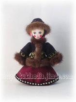 Кукла в черном зипуне и вишневой юбке. Русский зимний костюм 17-19 вв., 20 см.