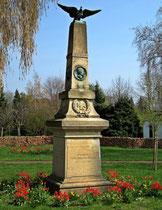 Tulpen am Kriegerdenkmal von-Oeynhausen-Str./Mühlenstr.