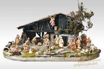 traditionelle, alpenländische Krippe mit gefassten Figuren