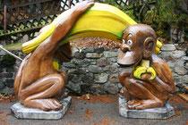 Affen mit Banane, Styroporfigur, Oberfläche mit Glasfasergewebe und Epoxydharz verstärkt, gefasst und versiegelt