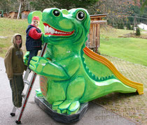 Krokodil mit eingearbeitter Kinderrutsche, Styroporfigur, Oberfläche mit Glasfasergewebe und Epoxydharz verstärkt, gefasst und versiegelt