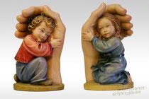 Kinderengel sich in schützende Hände verbergend