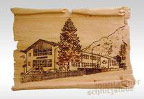 Erinnerungsbild, gebrannt auf geschnitzter Tafel in Form einer Papyrusrolle