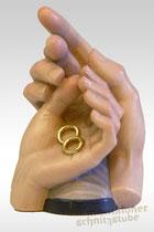 Hochzeitshände, Hände umschlungen mit zwei Eheringen
