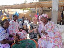 Carla con Ibrahima SECK in loco con le donne della pesca à Hann