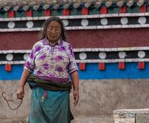 Pélerin faisant la Kora,  circumbulation autour du monastère