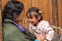 Complicité entre une tibétaine et son enfant