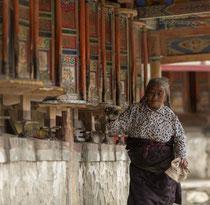 Pèlerinage dans la tradition du bouddhisme tibétain, ici autour des moulins à prières