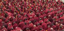 Grand rassemblement de moines au coeur du monastère de Labrang
