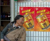 Femme dans les rues de Labrang
