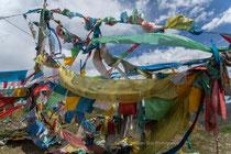Drapeaux à prières typiques du Tibet