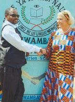 Mwambao – Schulleiter Jumanne Mwegeo mit Helga Rohden