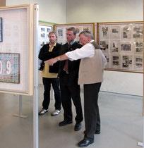 Pfarrgemeinderats-Obmann Sedetzky und Stadrat Christoph Kaufmann werden vom Obmann Gerhard Thomann durch die Ausstellung geführt.