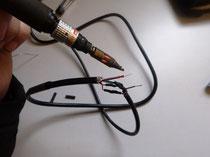 Für die Steuerung wird ein neuer Trennstecker und ein längeres Kabel eingelötet...
