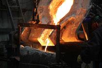 Metal fundido en cuchara para proceder al vertido