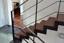 mitlaufendes Geländer aus Flachstahl - Handlauf aus Edelstahlflachstahl - Stufen aus gebeizten Buchestufen