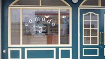 香取市看板、パン屋さん「comodo」様 ガラスマーキング製作、施工