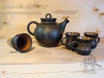"""9-011.  Чёрнолощёный чайник с инфундиркой и кружки  """"кумочки""""."""