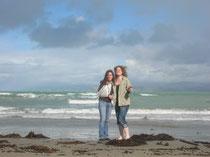 Cora & ich am Strand in Gisborne