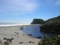 Rechts der Haast River und links das Meer