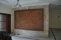 Wandsteinbild im Eingangsbereich mitsamt Energiesparbirne