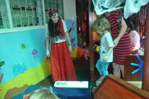 Die Kinder mussten allerlei Mutproben bestehen, z.B. über Planken gehen.