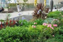 mit farbenfrohen Blumenbeeten