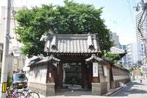 Kleiner Tempel in Wohngegend
