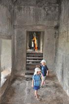 Die Kinder erkunden den Tempel.
