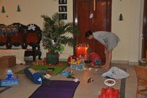 Nouchine und Rita inspizieren die Geschenke.