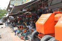 Ringsherum sind viele kleine Shops