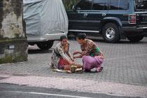 In Ubud werden die Opfergaben am Strassenrand vorbereitet.