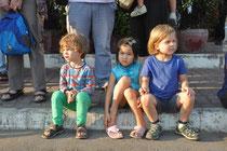 Die Kinder schauen gebannt.