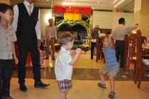Die Kinder tanzen.