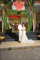 Das Brautpaar in weiß.