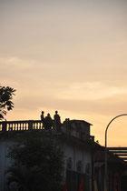 Ein paar Zuschauer auf den Dächern.